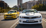 Обои: Chevrolet, шевроле, Camaro, EU-spec (V), город, кабриолет, Coupe, жёлтый, Camaro, yellow, Convertible, камаро, EU-spec (V), white, белый, мускул кар, Chevrolet, здания, &, фонарные столбы