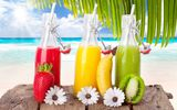 Обои для рабочего стола: banana, sea, strawberry, fruits, Drinks, cocktails, sky, beach, напитки, kiwi, clouds, sun