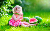 Картинки_для_телефона: baby, поляна, summer, ребенок, little girl, платье, beautiful, child, девочка, солнце, dress, лето, pretty, арбуз, happy, watermelon