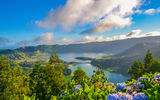 Обои: Lagoa das Sete Cidades, Португалия, остров Сан-Мигел, Portugal, озеро, Sete Cidades Massif, панорама, Азорские острова, облака, кратер, Azores, озеро Сети-Сидадиш, стратовулкан, Lagoon of the Seven Cities, São Miguel Island, цветы, гортензия