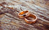 Обои: engagement rings, gold, wood, metal