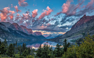 Обои Sunrise over Wild Goose Island, Montana, облака, пейзаж, закат, остров, Glacier National Park, небо, озеро, горы