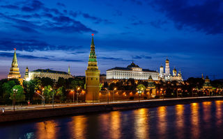 Картинка Moscow Kremlin and Moscow River Illuminated in the Evening, Россия, ночные города, Москва, Russia