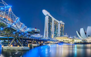 Обои мост, дизайн, огни, Helix Bridge, неон, набережная, ночь, Marina Bay Sands, река, Сингапур, здания, сооружения