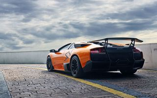 Обои lamborghini, orange, тучи, murcielago, ограждение, оранжевый, ламборгини, задок, мурсиэлаго, lp670-4 SV, небо, брусчатка
