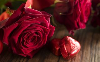 Обои красные розы, gift, romantic, love, сердечки, red, valentine`s day, roses, heart