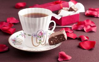 Обои шоколад, чай, box, chocolate, candy, flowers, tea, лепестки, petals, ribbon, конфеты, cup, чашкa