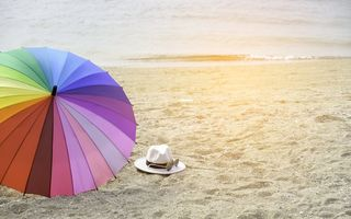 Обои песок, пляж, summer, отдых, vacation, счастье, зонт, happy, rainbow, лето, beach, umbrella, море, sand, colorful, sea
