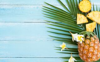 Картинка summer, pineapple, фрукты, fresh, fruit, ананас, плюмерия, flowers, tropical, wood, ломтики, slice, plumeria
