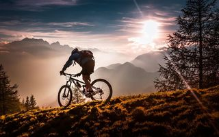 Картинка mist, Athlete, Sunset, mountains, Twilight, fog, sky, trees, mountain bikes, bicycle, forest, sport, meadow, bike, clouds