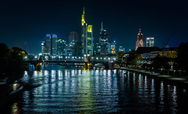 Обои Frankfurt, Germany, Buildings, Tree, Light, Bank, Skylilne, Bridge, River, Reflection, Night