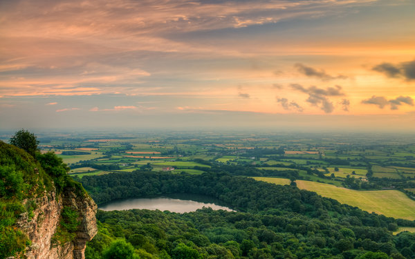 Обои лес, North York Moors National Park, Sutton Bank, облака, Yorkshire, озеро, небо, долина, горы
