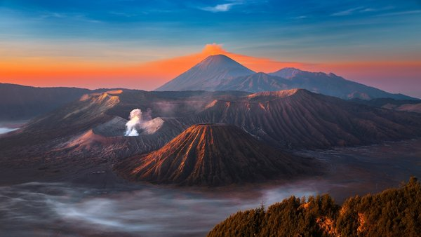 Обои горы, небо, mountains, eruption, fantastic, Bromo, остров, sky, Java, landsсape, вулкан, Бромо, volcano, Ява, дым, island