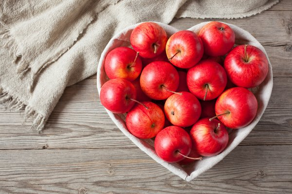 Обои romantic, wood, heart, фрукты, apples, love, яблоки