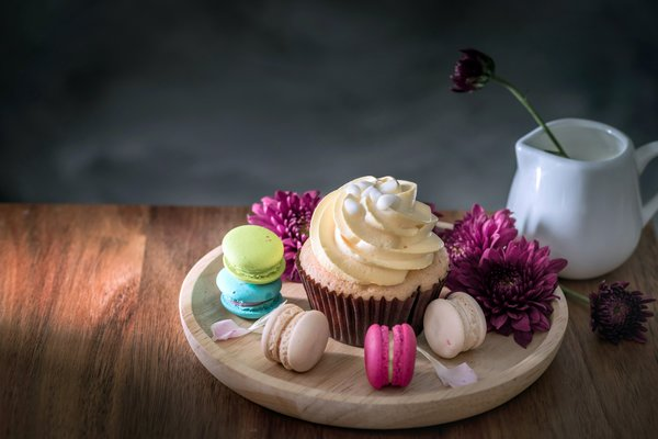 Обои macaroon, cupcake, пирожные, colorful, сладкое, капкейк, макаруны, flowers, dessert, french, цветы, macaron, десерт, sweet
