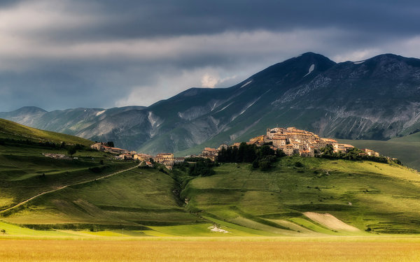 Обои norcia, grass, town, mountain, italy