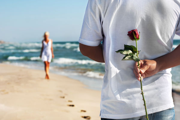 Обои happy, romantic, people, море, пара, любовь, couple, пляж, песок, love, rose