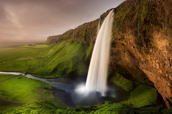 Обои Исландия, мостик, речка, зелень, скалы, тропа, Seljalandsfoss waterfall, водопад