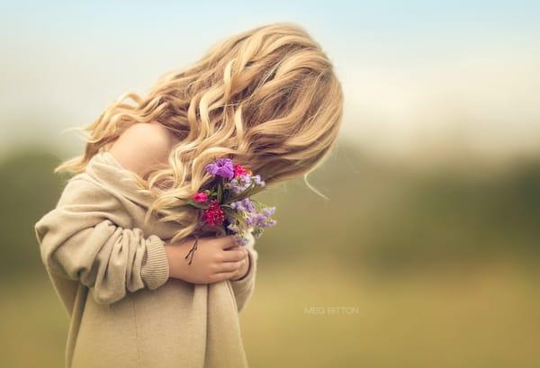 Красивые фото блондинок спиной с цветами