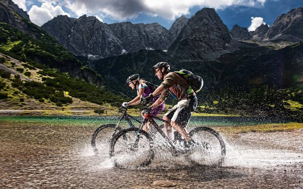 Обои alps, water, cyclists, mountain